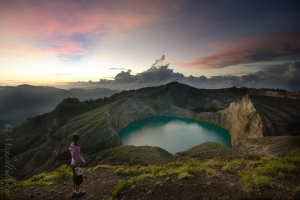 Dawn-breaks-over-Kelimutus-three-volcanic-lakes-14250318878H