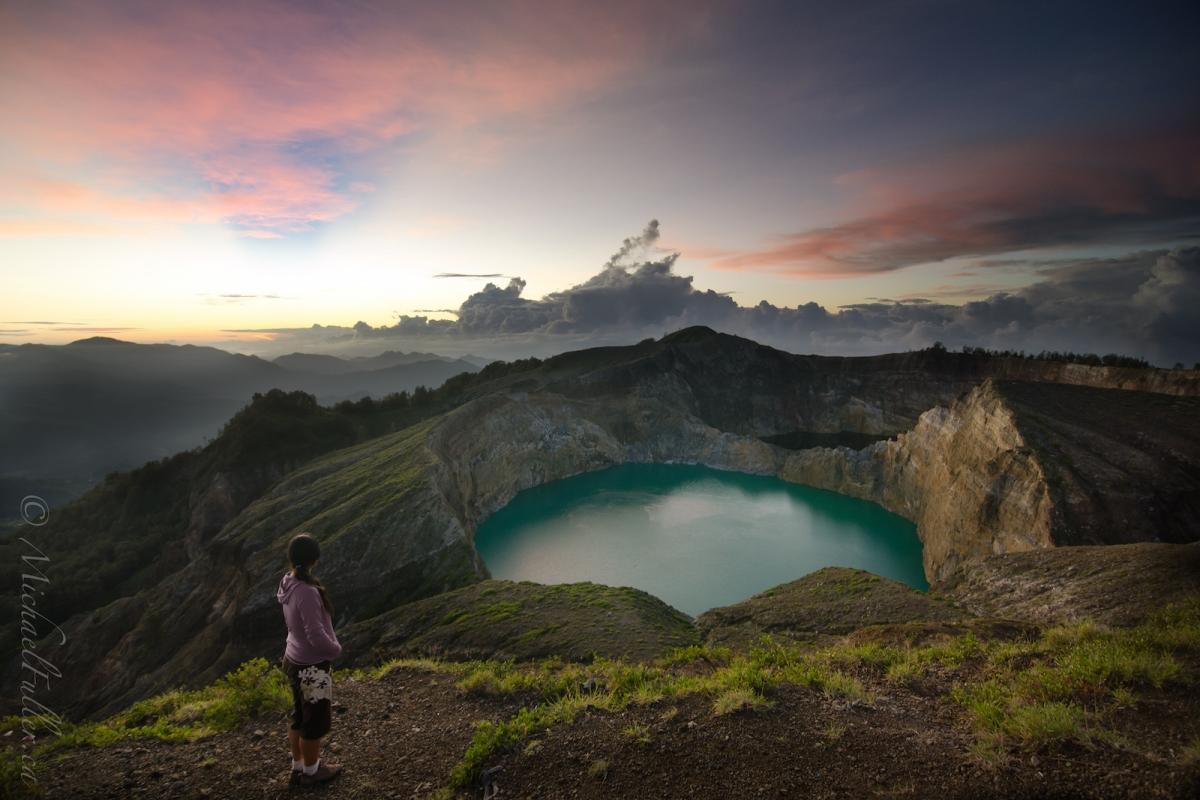 Dawn-breaks-over-Kelimutus-three-volcanic-lakes-14250318878H